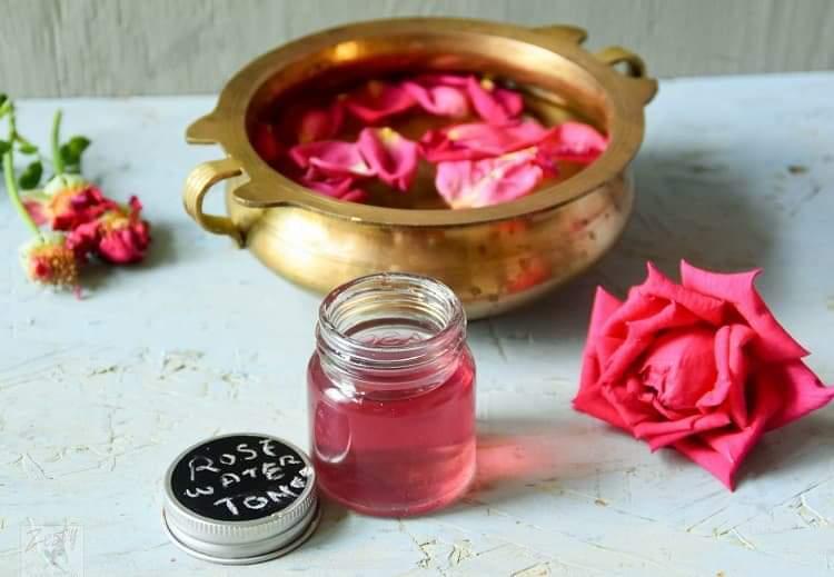 Cách để tự làm nước hoa hồng đơn giản tại nhà